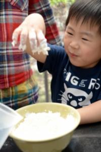 做餃子皮攪到成手都係麵粉